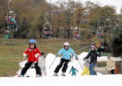 オープンしたばかりのゲレンデで初滑りを楽しむスキーヤーやスノーボーダー=29日午前9時35分、軽井沢町の軽井沢プリンスホテルスキー場