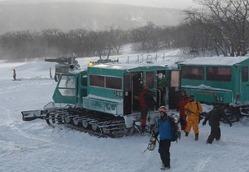遭難者の捜索活動を終えて戻ってきた県警の捜索隊=蔵王町遠刈田温泉のスキー場「すみかわスノーパーク」で