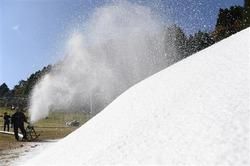 六甲山人工スキー場で来月のオープンに向けた雪造りが開始。空気圧で勢いよく噴出する人工雪=1日午前、神戸市灘区(甘利慈撮影)(写真:産経新聞)