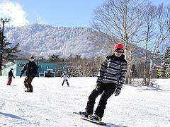 【写真=青空の下、爽快に初滑りを楽しむスノーボーダーら=17日、八幡平市・安比高原スキー場】