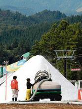 来月のオープンに向けて雪山が作られる鷲ケ岳スキー場=郡上市高鷲町で