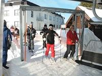 笹子トンネルを通ってきた来場者にリフト券を割引している白樺湖ロイヤルヒルスキー場=24日