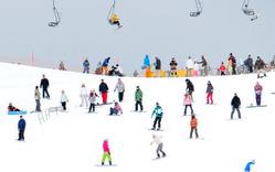 スキーやスノーボードを楽しむ来場者たち=宮崎県五ケ瀬町の五ケ瀬ハイランドスキー場で2012年1月15日午前11時13分、本社ヘリから和田大典撮影