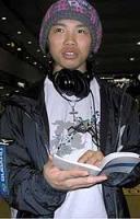 技や、お笑いのことが書かれたネタ帳を手にする成田童夢=成田空港