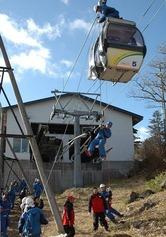 ゴンドラリフトの宙づりを想定したスキー客の救助訓練=蔵王町遠刈田温泉のみやぎ蔵王えぼしスキー場で
