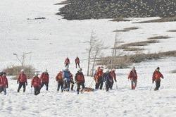 遭難男性を発見し、下山してきた県警山岳遭難救助隊=7日午後4時50分ごろ、富士山富士宮口5合目付近