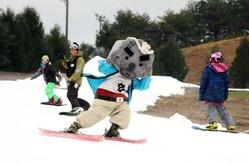 玄さんと一緒に初滑りを楽しむスノーボーダーたち=15日午前、アップかんなべ・みやの森ゲレンデ