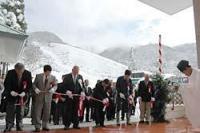 約50センチの積雪に見舞われたスキー場前でテープカットする関係者ら(米原市・奥伊吹スキー場)