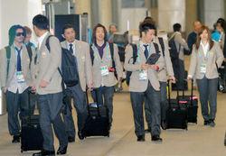 バンクーバー国際空港に到着した青野令(右から2人目)らスノーボードハーフパイプの日本代表選手たち=カナダ・リッチモンドで2010年2月9日、須賀川理撮影