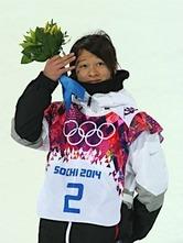 〔五輪・スノーボード〕スノーボード男子ハーフパイプで銀メダルを獲得し、フラワーセレモニーに臨む平野歩夢=11日、ロシア・ソチ