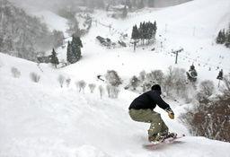46度の傾斜に果敢に挑むスノーボーダー=滋賀県米原市の奥伊吹スキー場