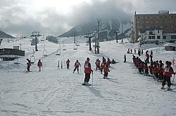 年末年始の利用者が前年同期比で約4割伸びた北信州木島平スキー場。今季から小学6年生までのリフト代を無料化し、子どもや家族連れが増えた=木島平村