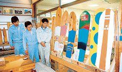 端材を再利用、遊具「雪板」考案 南砺の建築会社、スノーボードのよう