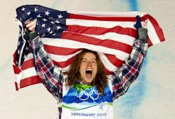 バンクーバー五輪のスノーボード・ハーフパイプで金メダルを獲得して喜ぶホワイト=AP