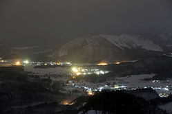 満月と雪明かりで浮かび上がった堺田分水嶺の山並み。