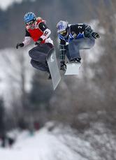 女子クロス 競り合うリンゼイ・ジャコベリス(右、米国)とドミニク・マルタ(カナダ)。ジャコベリスが制し優勝した=17日、カナダ・ストーンハム