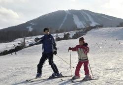 利用客の減少が続く県内スキー場は、スキー人口のすそ野を広げる対策が急務になっている(昨年11月22日、安比高原スキー場で)