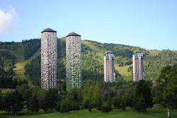 ザ・タワー(写真手前)とリゾナーレ(写真奥)の改装を進める(占冠村)