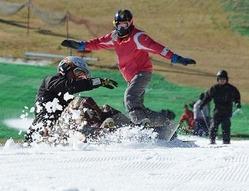 オープンしたスキー場で初滑りを楽しむ人たち=佐賀市富士町の天山リゾートで2012年11月18日午前10時11分、山下恭二撮影
