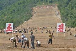 北朝鮮南東部の江原道で造成が進む馬息嶺スキー場の工事現場=23日(共同)