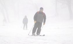 スキーヤーやスノーボーダーが滑りを楽しんだ