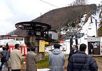 リフトを動かしスキー場開きを祝う参加者たち(京丹後市弥栄町・スイス村スキー場)