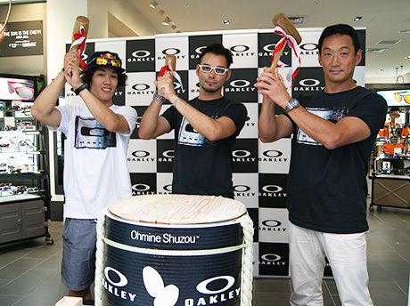 左からプロスノーボーダーの角野友基さん、オークリージャパンの鈴木正規さん、野球解説者の金本知憲さん