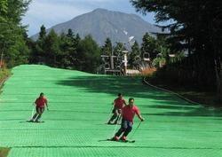 夏富士を背にスキー滑降が楽しめるふじてんリゾート=鳴沢村(写真:産経新聞)