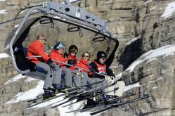 3月19日、英女優ナターシャ・リチャードソンさんがスキー中の転倒が原因で亡くなったのを受け、スキー場でのヘルメット着用をめぐる議論が再燃。写真は2005年1月、イタリア北部で撮影(2009年 ロイター/Alessandro Bianchi)(ロイター)