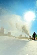 人工雪を降らせてのゲレンデ造りが始まった六甲山スノーパーク=神戸市灘区で2013年11月1日午前10時33分、森園道子撮影