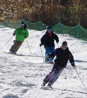 初滑りの感触を楽しむスキーヤーたち