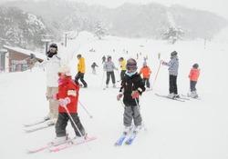 豊富な雪に恵まれ、家族連れらでにぎわう恩原高原スキー場=7日午前11時