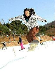 初滑りを楽しむスノーボーダー=島根県飯南町佐見、琴引フォレストパークスキー場