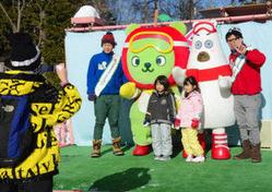 くまぁち(右側)やアルクマと記念撮影する子どもたち