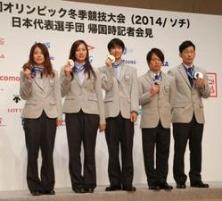 メダルを手にフォトセッションに臨む(左から)小野塚彩那、竹内智香、羽生結弦、平野歩夢、平岡卓