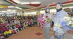 集まった大勢の客らに銅メダルを披露する平岡卓選手(右)と、岡田良菜選手=郡上市高鷲町、高鷲スノーパーク