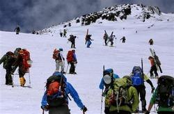 頂上を目指し、富士山の9.5合目付近を登る登山者たち=2014年5月17日、静岡県富士宮市(早坂洋祐撮影)