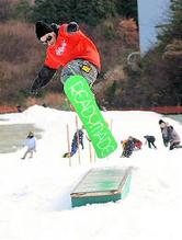 初滑りを楽しむスノーボーダー=島根県飯南町佐見の琴引フォレストパークスキー場
