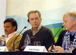 ウィスラーで会見するロゲIOC会長(中)、大会組織委員会のファーロングCEO(右)(写真:産経新聞)