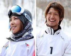 スノーボードクロス全日本選手権、女子の部で優勝した藤森(左)と男子の部で優勝した桃野=ルスツリゾートで2013年4月5日、貝塚太一撮影