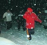 積丹岳から下山して現地対策本部に向かう3人の男性(18日午後7時44分)