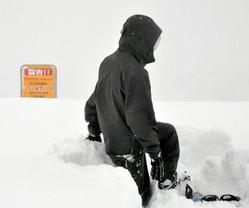 スキー場外滑走者に注意を促す看板。スノーボーダーは「場外を滑るのはフワフワな浮遊感が楽しい」=野沢温泉スキー場<br>