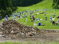 オニコウベスキー場:350人が土砂を除去、ボランティアが支援