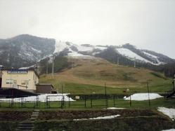 雪不足に悩むニセコグラン・ヒラフスキー場(5日午後、同スキー場提供)