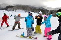 オープン初日、スキー場には多くの客が訪れた=猪苗代町、相場郁朗撮影