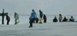今季最後のスキーやスノーボードを楽しむファン