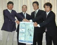 高島市スキー場協議会を発足し、手を携える4スキー場の代表者ら(高島市役所)