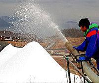 琵琶湖を展望できるゲレンデで進む雪まき作業(高島市今津町・箱館山スキー場)