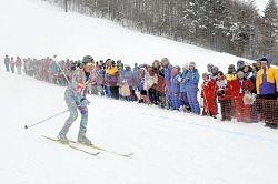 リレーで滑る選手に声援を送る住民たち