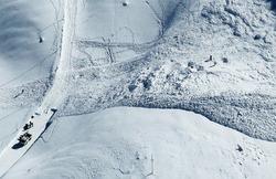スキーヤー6人が雪崩に巻き込まれた現場=富山県立山町の室堂平付近で2010年11月30日午後0時16分、本社ヘリから岩下幸一郎撮影